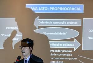 O procurador Deltan Dallagnol durante apresentação das denúncias contra o ex-presidente Lula, em Curitiba Foto: Geraldo Bubniak / Agência O Globo