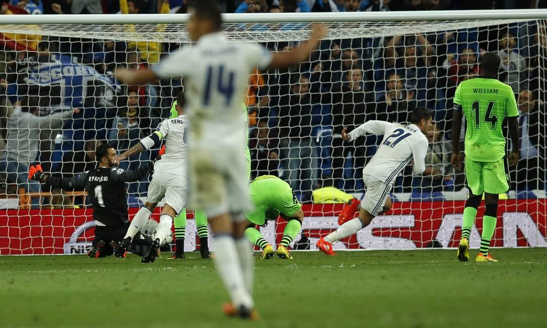 Morata (21) marca de cabeça, aos 48 minutos do segundo tempo, na virada do Real Madrid sobre o Sporting no Santiago Bernabeu Paul White / AP