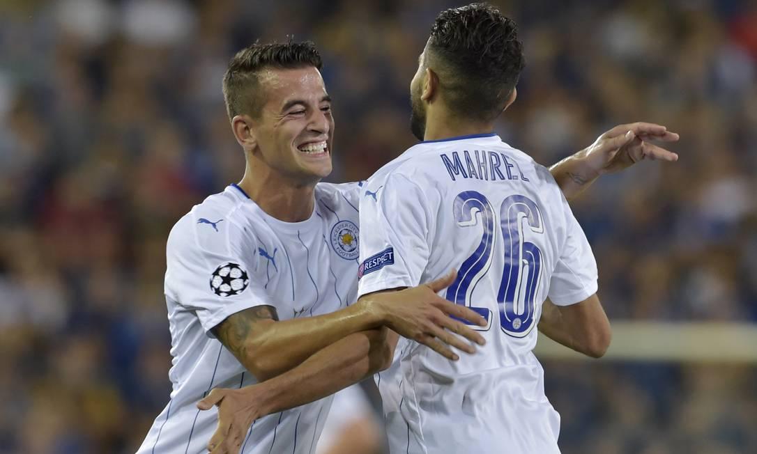 Riyad Mahrez (26), autor de dois gols nos 3 a 0 do Leicester sobre o Club Brugge, na Bélgica, recebe o abraço do sorridente Luis Hernandez Eric Vidal / REUTERS