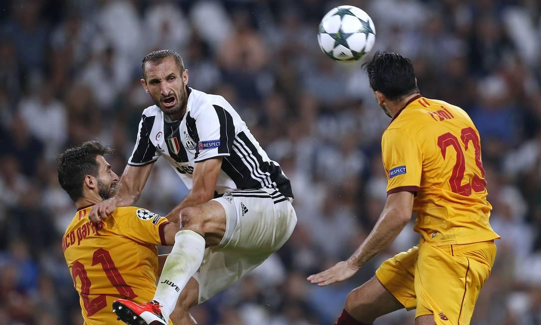 A careta do zagueiro Chiellini diz tudo: a Juventus ficou engasgada no Sevilla, em Turim: 0 a 0 MARCO BERTORELLO / AFP