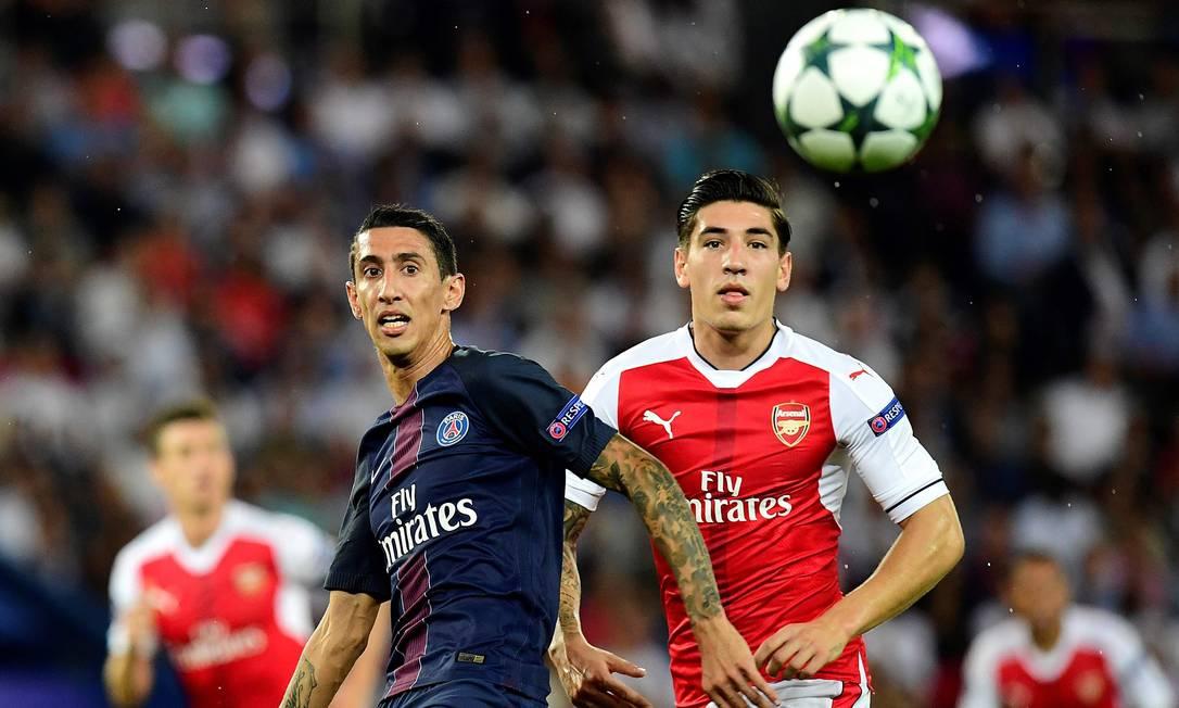 O Paris Saint-Germain de Angel Di Maria empatou com o Arsenal do espanhol Hector Bellerin: 1 a 1 FRANCK FIFE / AFP