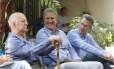 João Leite (PSDB), ao centro, sorri durante conversa com ambientalistas em Belo Horizonte