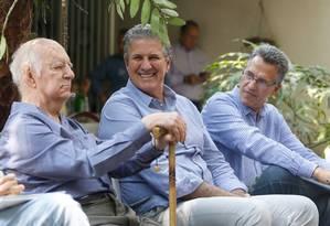 João Leite (PSDB), ao centro, sorri durante conversa com ambientalistas em Belo Horizonte Foto: Hugo Cordeiro / Nitro/Divulgação