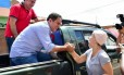 Edivaldo Holanda (de camisa azul) cumprimenta eleitora em São Luís