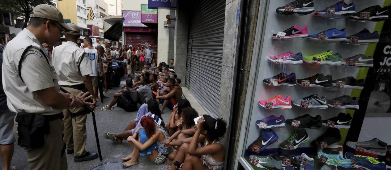 Jovens são retidos nas ruas de Copacabana Foto: Domingos Peixoto / Agência O Globo
