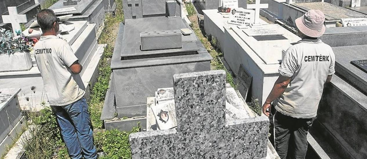 Coveiros no Cemitério Santa Izabel: servidores têm feito greve para pressionar a prefeitura a pagar salários Foto: Antônio Scorza / Agência O Globo
