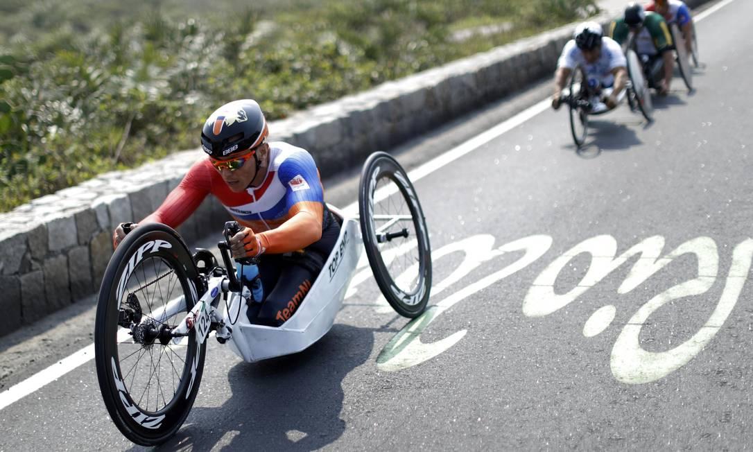 Corrida da classe H5 no ciclismo de estrada: o holandês Tim de Vries UESLEI MARCELINO / REUTERS
