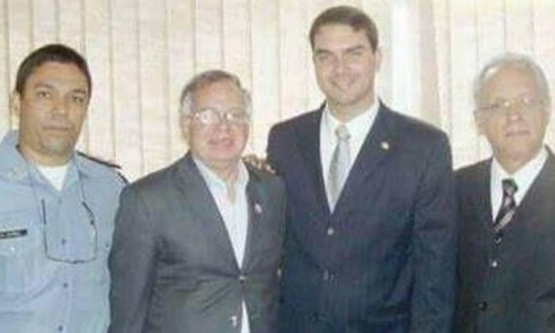 O coronel Chavarry (segundo da esquerda para a direita e de cinza) ao lado de Flávio Bolsonaro Foto: Reprodução