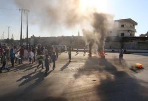 Sírios queimam pneus em protesto contra Assad, pedindo a abertura da estrada que leva a Aleppo Foto: ABDALRHMAN ISMAIL / REUTERS