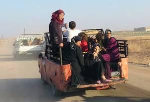 Civis fogem da cidade de Suran, na província de Hama, na Síria Foto: Uncredited / AP