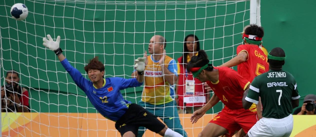 O goleiro chinês se estica, mas não alcança a bola chutada por Jefinho no segundo gol do Brasil no Futebol de 5 Foto: Marcelo Theobald / Agência O Globo
