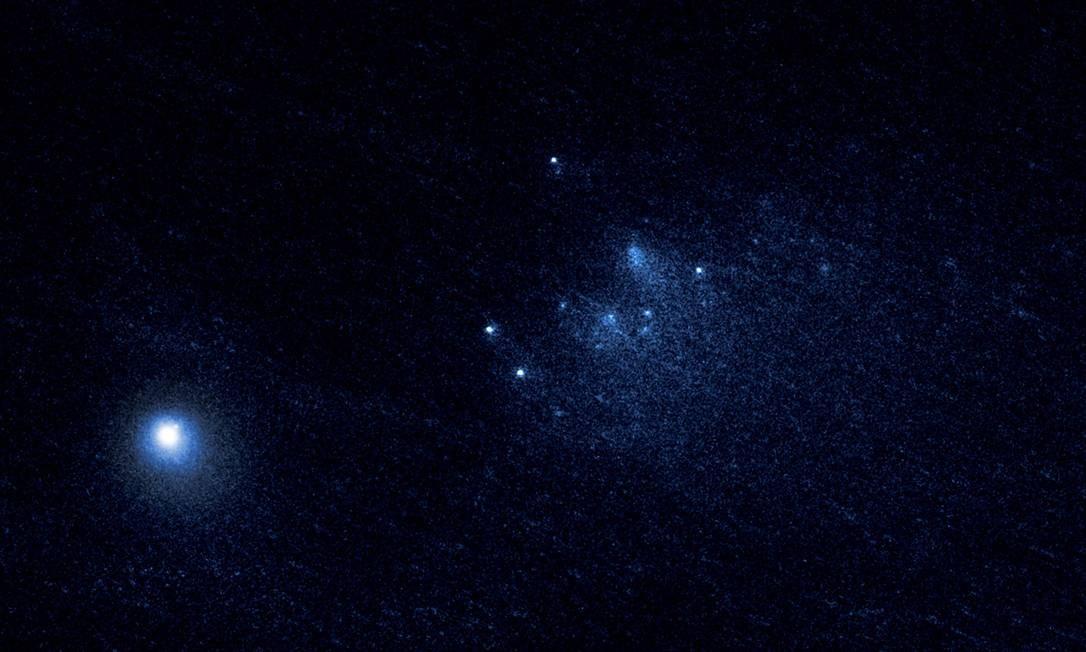 Uma das imagens captadas pelo Hubble em janeiro deste ano mostra o cometa 332P/Ikeya-Murakami (o ponto mais brilhante à esquerda) e os vários fragmentos que ele lançou ao espaço (o enxame na parte central-direita) Foto: NASA/ESA/D. Jewitt