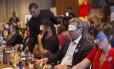 Convidados da ONG israelense usam vendas para simular limitações: também foram usados fones de ouvido e luvas