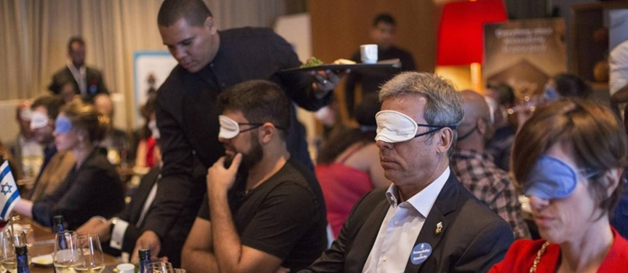 Convidados da ONG israelense usam vendas para simular limitações: também foram usados fones de ouvido e luvas Foto: Ana Branco