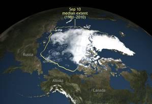 Contorno amarelo mostra área média da cobertura de gelo de 1981 a 2010, enquanto área branca é a camada registrada este mês Foto: AP
