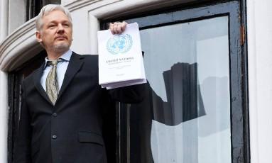 Assange exibe relatório da ONU em fevereiro: recurso negado na Justiça sueca Foto: NIKLAS HALLE'N / AFP