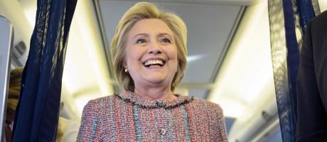 Em seu avião de campanha, candidata presidencial democrata Hillary Clinton retoma as atividades após ser afastada por pneumonia Foto: BRENDAN SMIALOWSKI / AFP