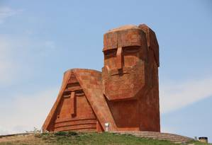 O monumento Tatik u Papik, símbolo de Nagorno-Karabakh Foto: Reprodução / Creative Commons
