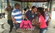 O candidato do PMDB à prefeitura do Rio, Pedro Paulo, conversa com eleitores na Praça Niterói, no Maracanã