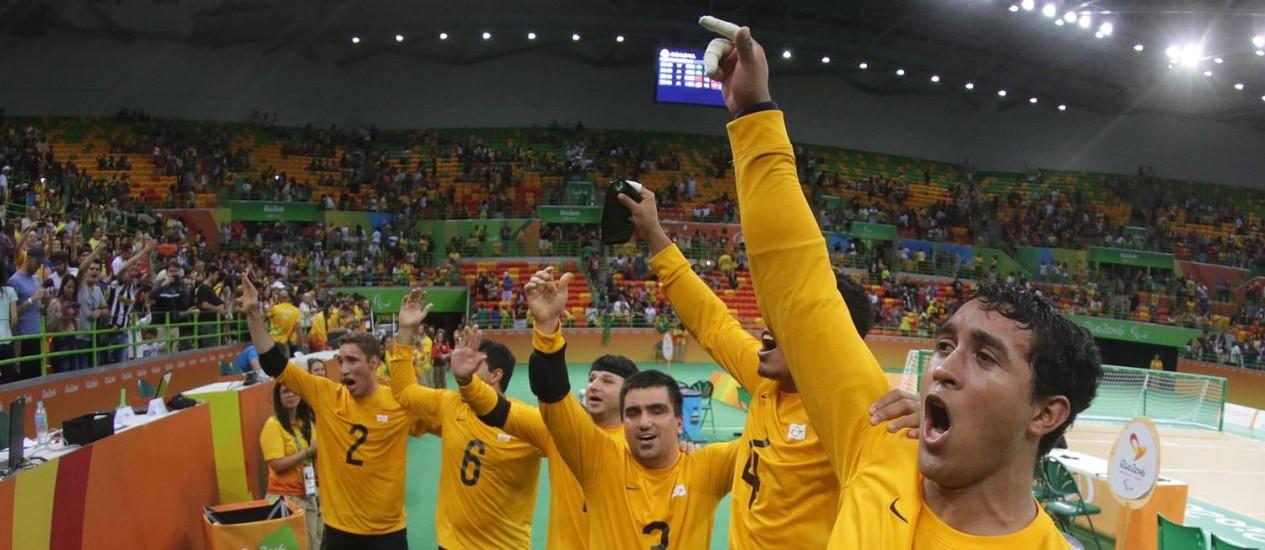 Seleção brasileira de goalball comemora a conquista do bronze Foto: Márcio Alves / Agência O Globo