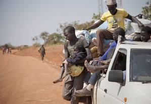 Sul-sudaneses que fugiram da guerra chegam a Uganda, em foto de janeiro de 2014 Foto: Rebecca Vassie / AP