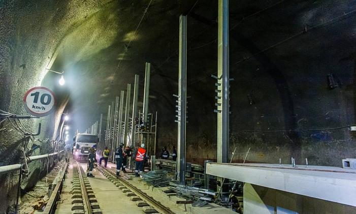 Colocação de trilhos no túnel que liga a Barra a São Conrado Foto: Linha 4 / Reprodução