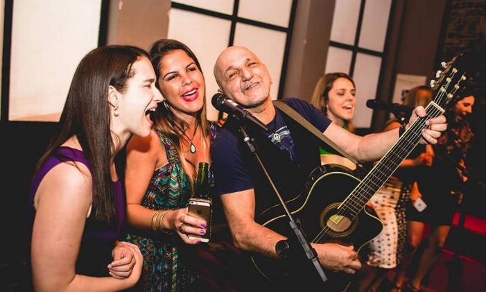 Fernando Luis acompanha o público no Karaoquê Pop Foto: Divulgação