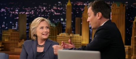 Hillary brinca com o apresentador Jimmy Fallon em seu programa. Um dia antes, Trump apareceu na atração Foto: CARLOS BARRIA / REUTERS