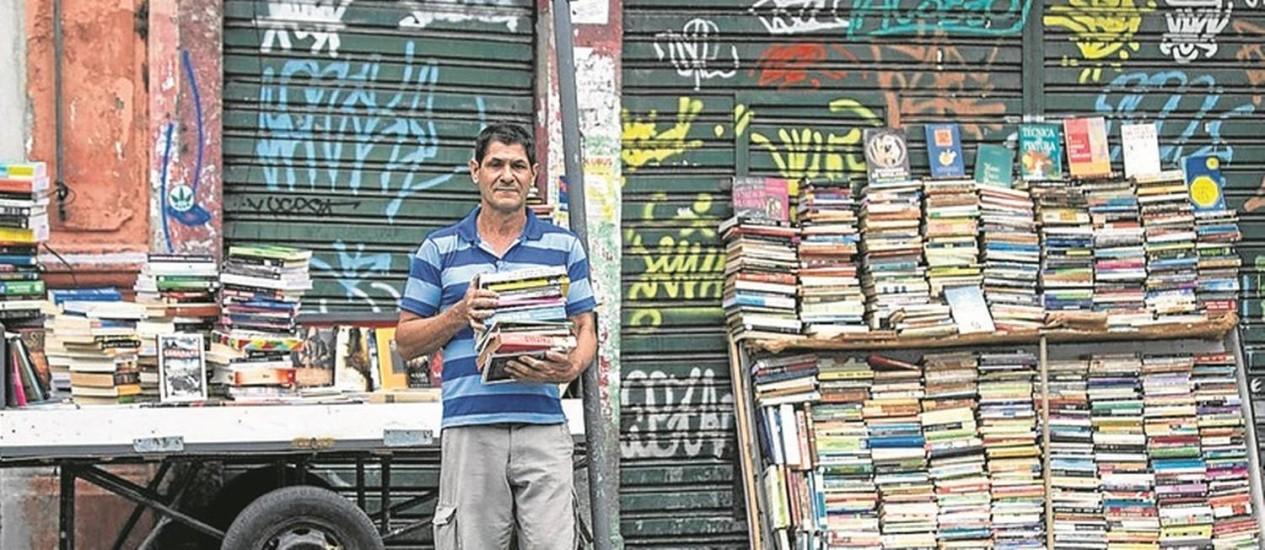 José vai de carroça até a Lapa, onde vende livros: à espera do lançamento da própria obra Foto: Alexandre Cassiano