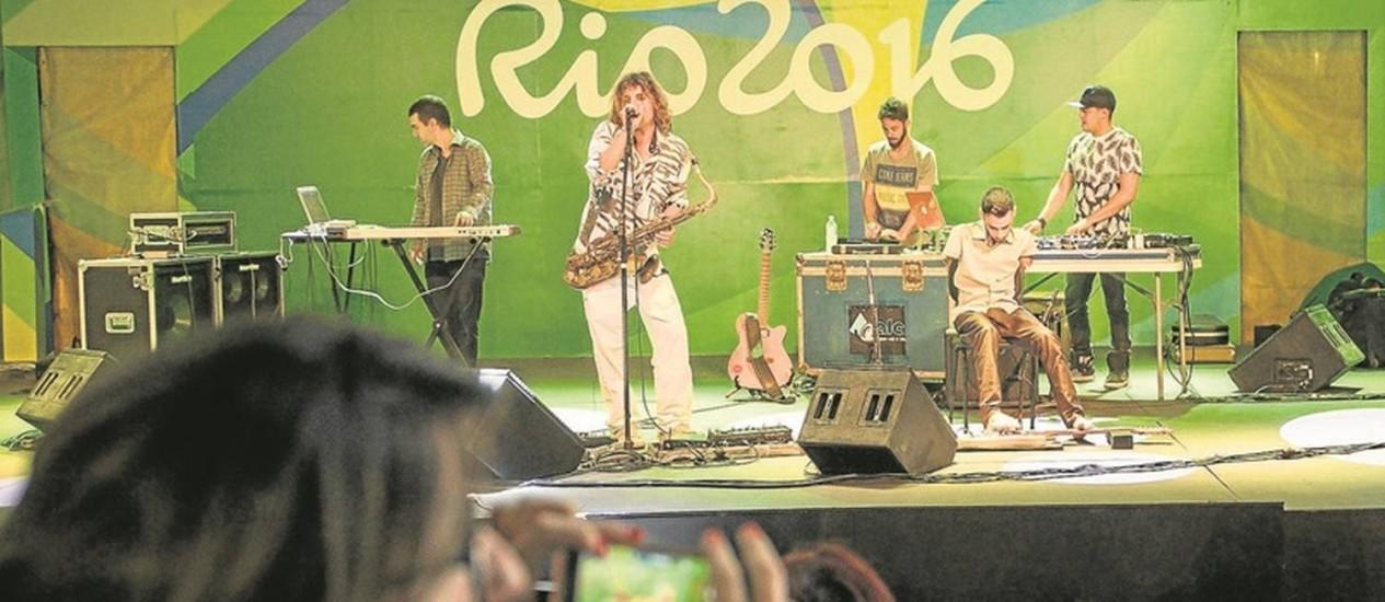 O carioca Rodrigo Sha e o guitarrista Johnatha Bastos, que toca o instrumento com os pés, fazem apresentação na área comum da Vila dos Atletas Foto: Hermes de Paula