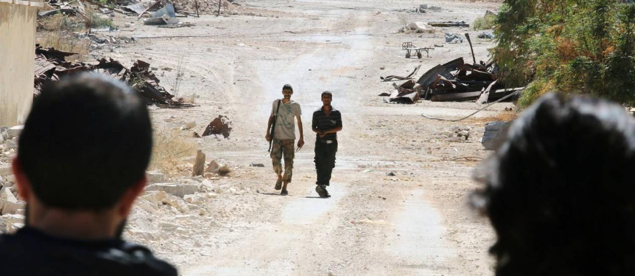 Soldados rebeldes passam por estrada na região de Aleppo Foto: ABDALRHMAN ISMAIL / REUTERS