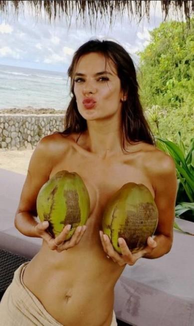 De topless, ela brinca com dois cocos Instagram