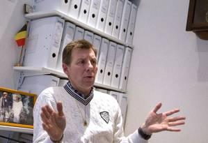 O médico belga Marc Van Hoey, presidente da associação Direito à morte, fala sobre a prática a jornalistas Foto: Yves Logghe / AP
