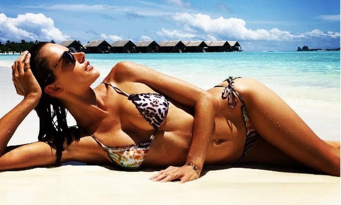 Alessandra exibe o corpão na praia Instagram