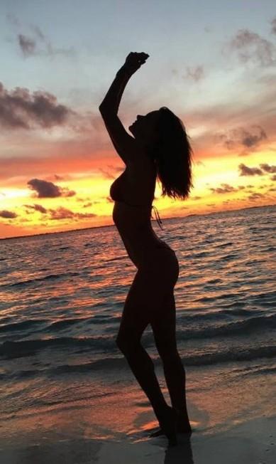 As curvas da top durante o pôr do sol Instagram
