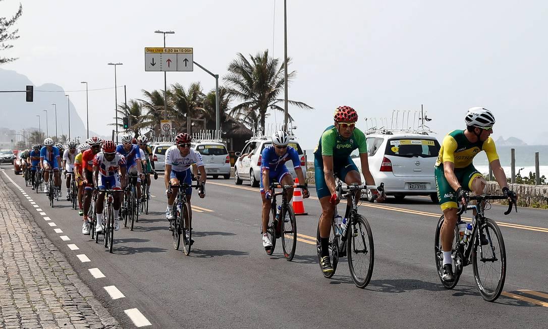 Chaman (2º da direita para esquerda) terminou o circuito 38 segundos atrás do primeiro colocado, o holandês Daniel Abraham Gebru. O italiano Andrea Tarlao ficou com o bronze. O outro brasileiro, Soelito Gohr (1º à direita), terminou na 14ª colocação. Washington Alves / MPIX/CPB