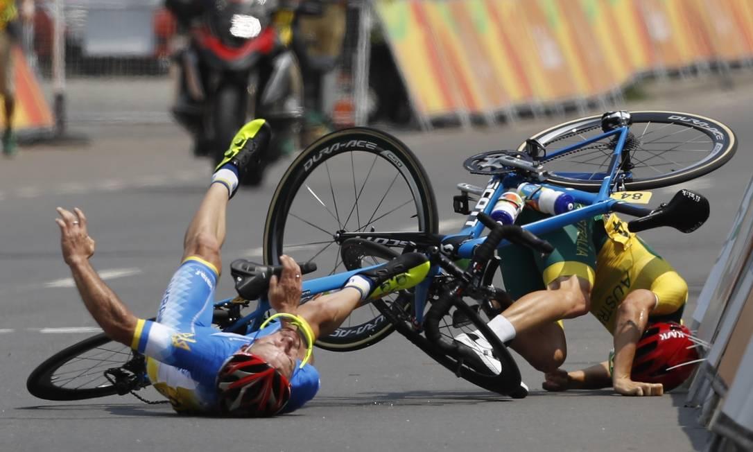 O ucraniano Yehor Dementyev e o australiano Alistair Donohoe trombam nos últimos metros da corrida, favorecendo Chaman. Carlos Garcia Rawlins / Reuters
