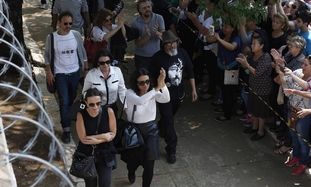 Dira Paes e Debora Bloch aplaudem público ao chegar no enterro de Domingos Montagner Edilson Dantas / Agência O Globo