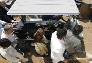 Corpo de Domingos Montagner chega ao Cemitério da Quarta Parada, no Tatuapé Foto: Edilson Dantas / Agência O Globo