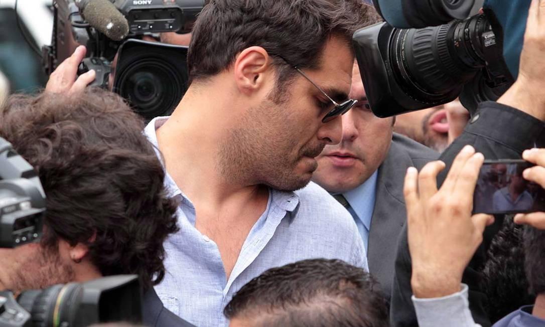 Thiago Lacerda é cercado por câmeras Orlando Oliveira / Agência O Globo
