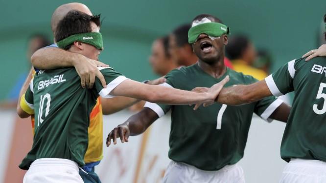 Jogadores do Brasil comemoram o gol que deu a vitória sobre o Irã na final do Futebol de 5 Foto: Pablo Jacob / Agência O Globo