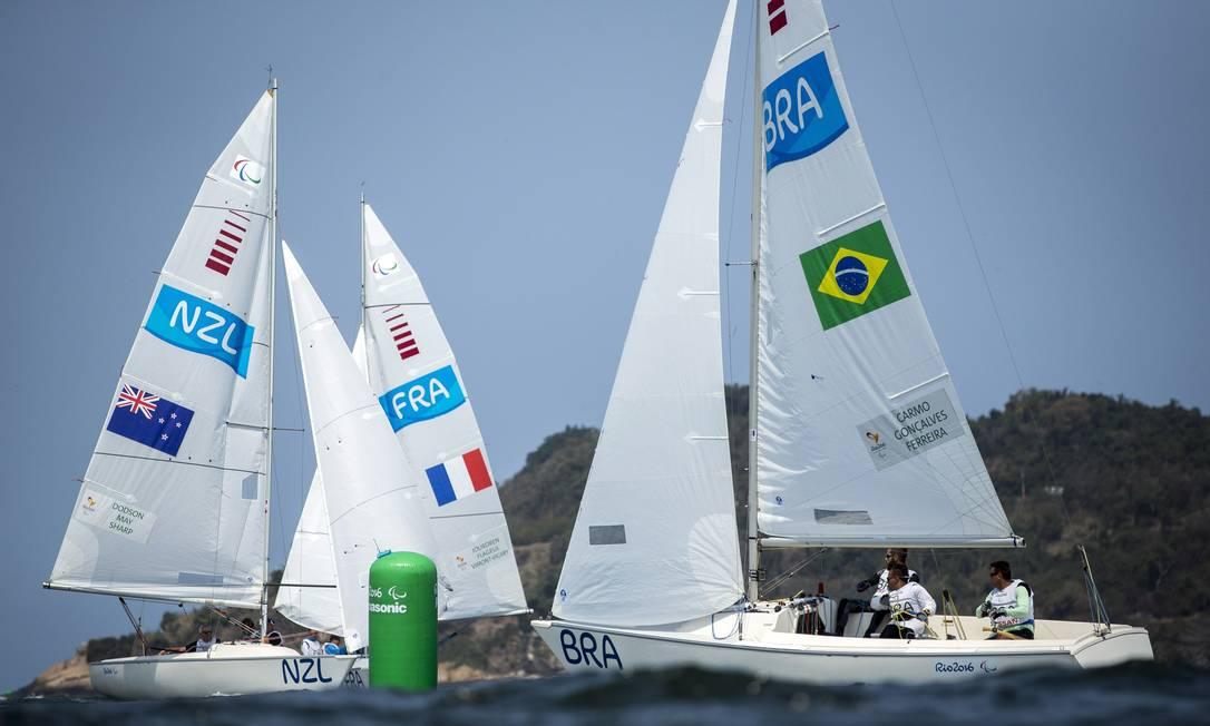 As bandeiras do Brasil, da França e da Grã-Bretanha estampam as velas Hermes de Paula / Agência O Globo