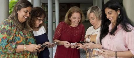 Compartilhamento seguro. Claudinez, Renata, Nívia, Gilmara e Jessyane mantêm um grupo em app de mensagens: elas checam dados antes de repassar informação Foto: Freelancer / Bia Guedes