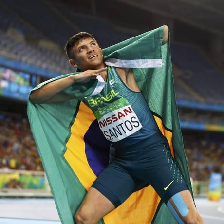 Petrúcio Ferreira imita Usain Bolt ao comemorar sua prata nos 400m no Engenhão Foto: JASON CAIRNDUFF / REUTERS