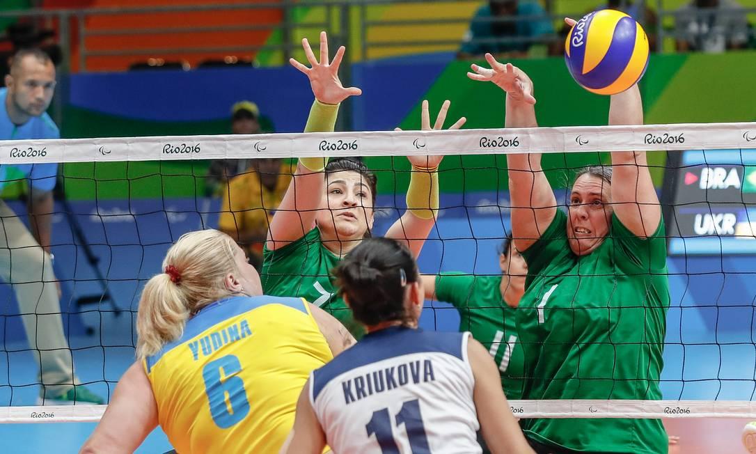 Jogadoras da Ucrânia não conseguem furar a defesa do Brasil Marco Antonio Teixeira / MPIX/CPB