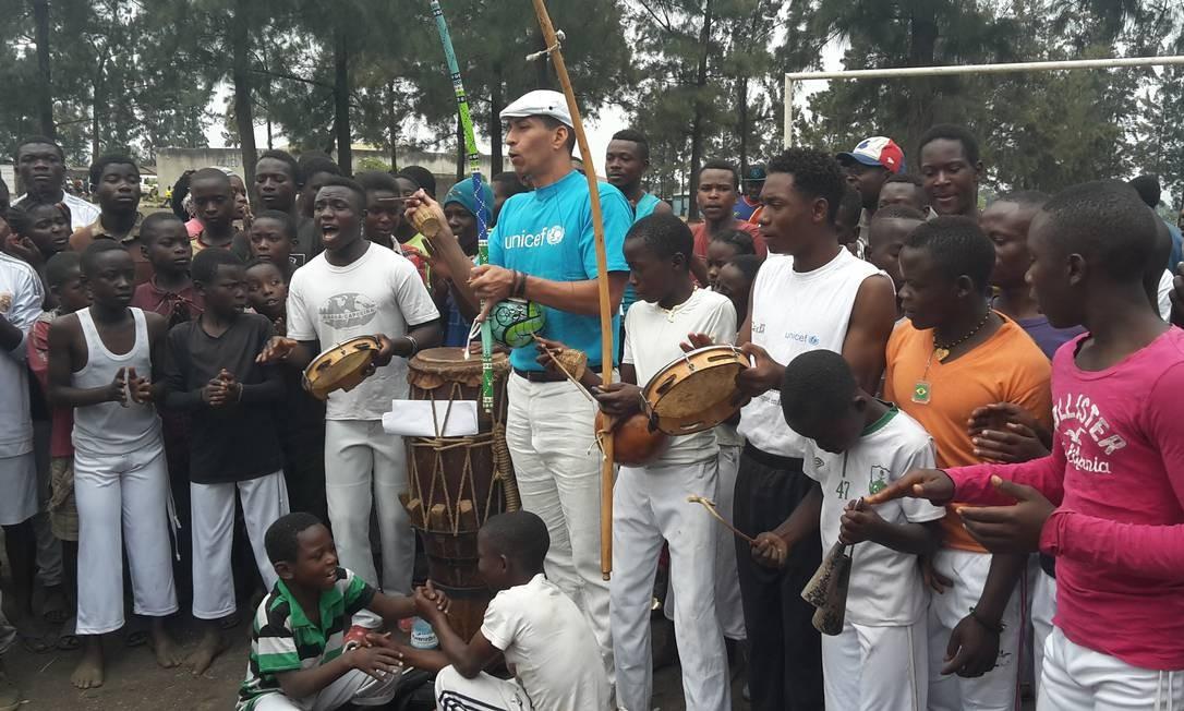 Mestre de capoeira, Flávio Saudade comanda roda com crianças e adolescentes na cidade de Goma Foto: Arquivo pessoal