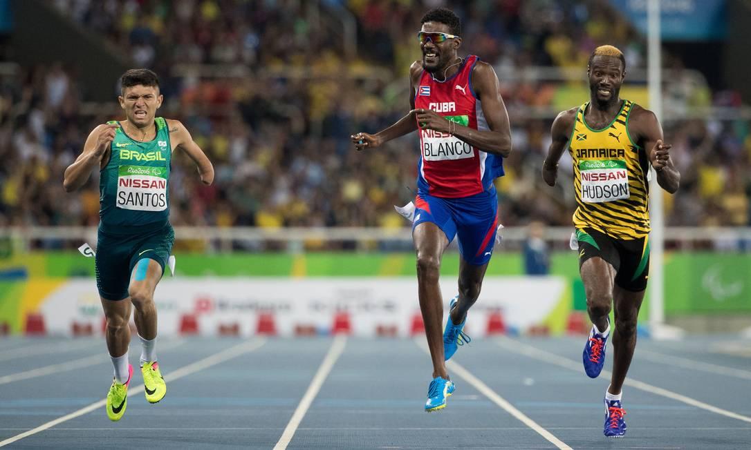 O cubano Ernesto Blanco termina os 400m (T47) em primeiro lugar; o brasileiro Petrúcio Santos ficou com a medalha de prata Al Tielemans / AP