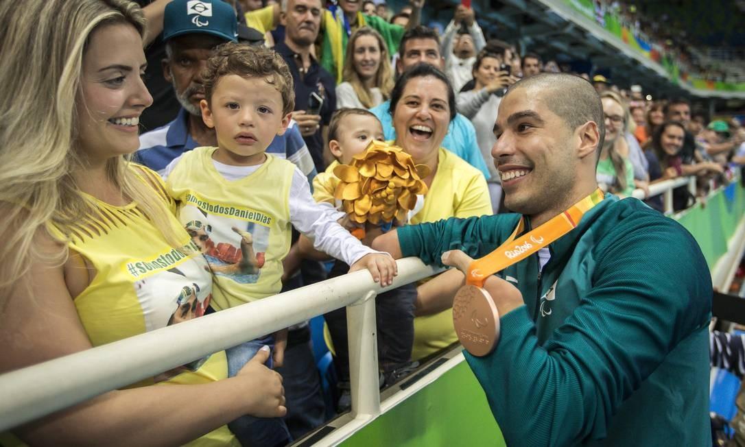 Daniel Dias fala com a família após cerimônia de entrega da medalha Foto: Hermes de Paula / Agência O Globo