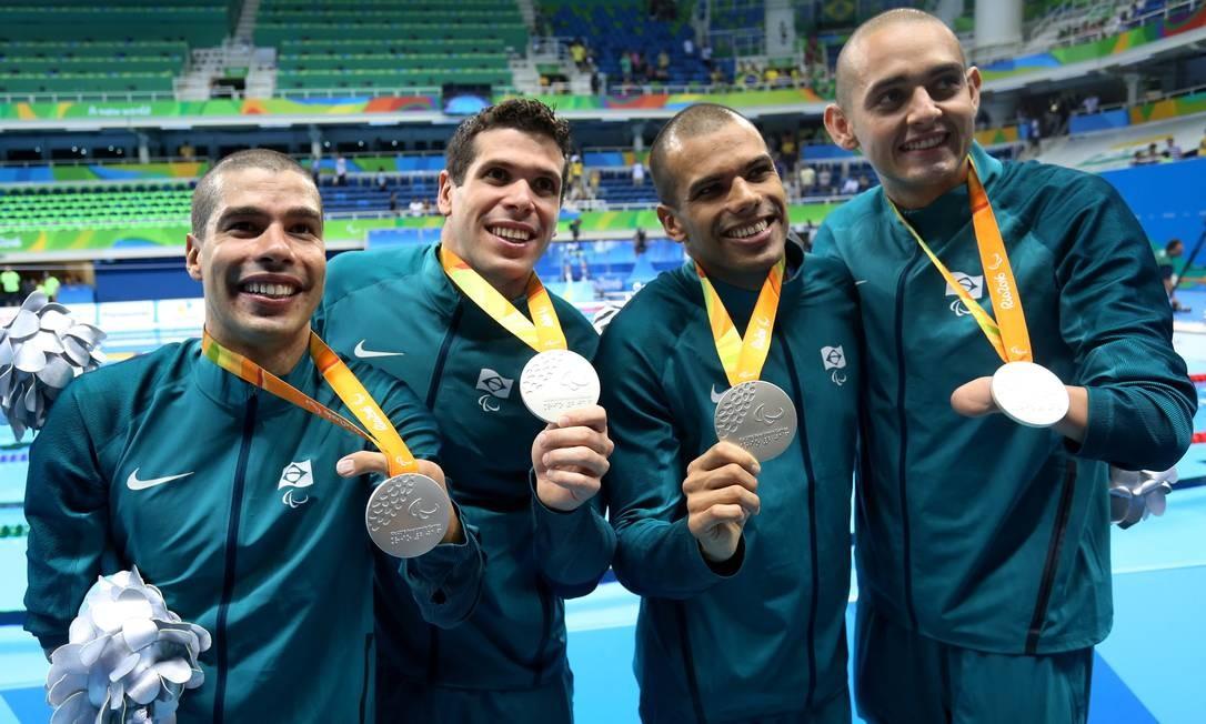 Daniel Dias, André Brasil, Phelipe Rodrigues e Ruiter Silva, após o 4x100m Foto: Marcelo Theobald / Agência O Globo