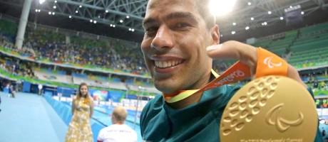 Daniel Dias e a medalha de ouro conquistada na final dos 100m livre S5 Foto: Márcio Alves / Agência O Globo